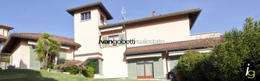 For sale in Verbania Lake Maggiore independent villa with large garden and lake view